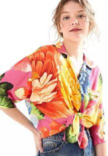 大きな花柄入りのマルチカラービーチシャツ - CAMISA CROPPED CHITA ROMANTICA